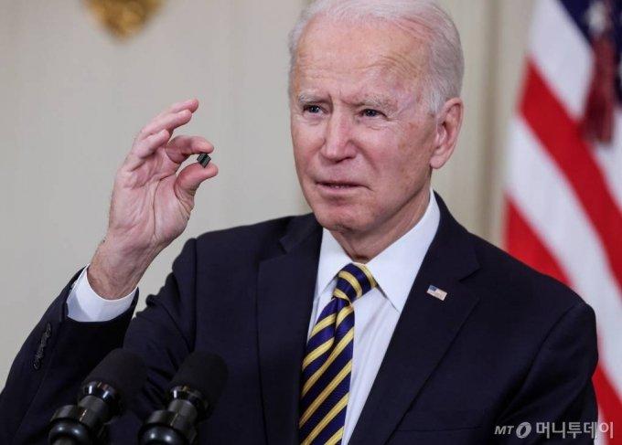 조 바이든 미국 대통령이 24일(현지시간) 워싱턴 백악관에서 반도체· 희토류 ·배터리 등 핵심 품목의 공급망을 확보하는 내용의 행정명령에 서명을 하기 전에 반도체 칩을 들고 연설을 하고 있다. /사진=로이터