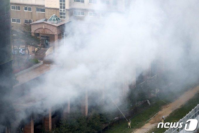 10일 오후 경기 남양주시 다산동의 한 주상복합건물에서 불이나 연기가 치솟고 있다. 소방당국은 불이 난 직후 대응 1단계를 발령했다가 13분 만에 대응 2단계를 발령해 진화에 나서고 있다. 오후 7시 현재까지 7명이 연기를 흡입해 병원으로 이송됐다. 2021.4.10/뉴스1 © News1 이승배 기자