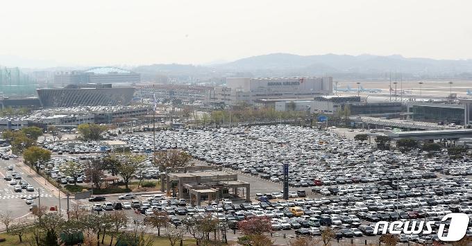 [사진] '거리두기 연장' 첫 주말, 차량으로 가득한 김포공항 주차장