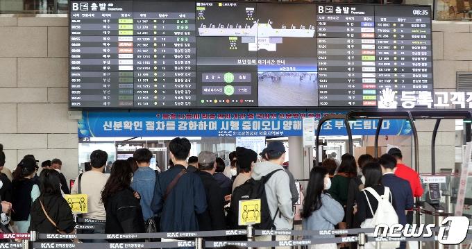 [사진] 북적이는 김포공항 국내선 탑승층