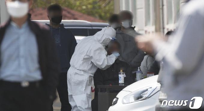 [사진] 코로나 검사 이뤄지는 울산 한 자동차 부품업체