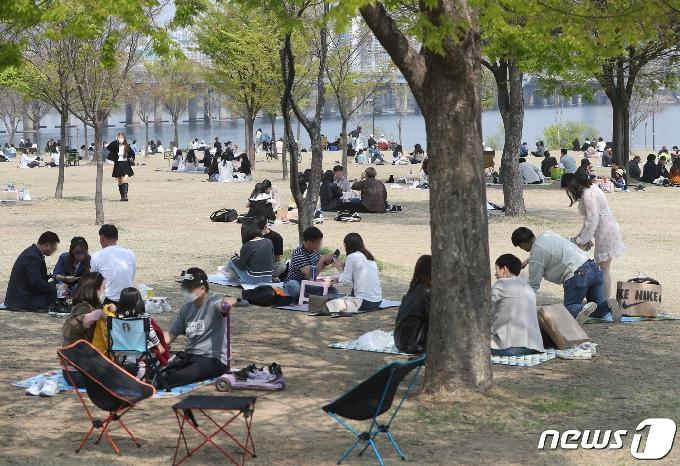[사진] 그늘에서 봄날씨 즐기는 시민들