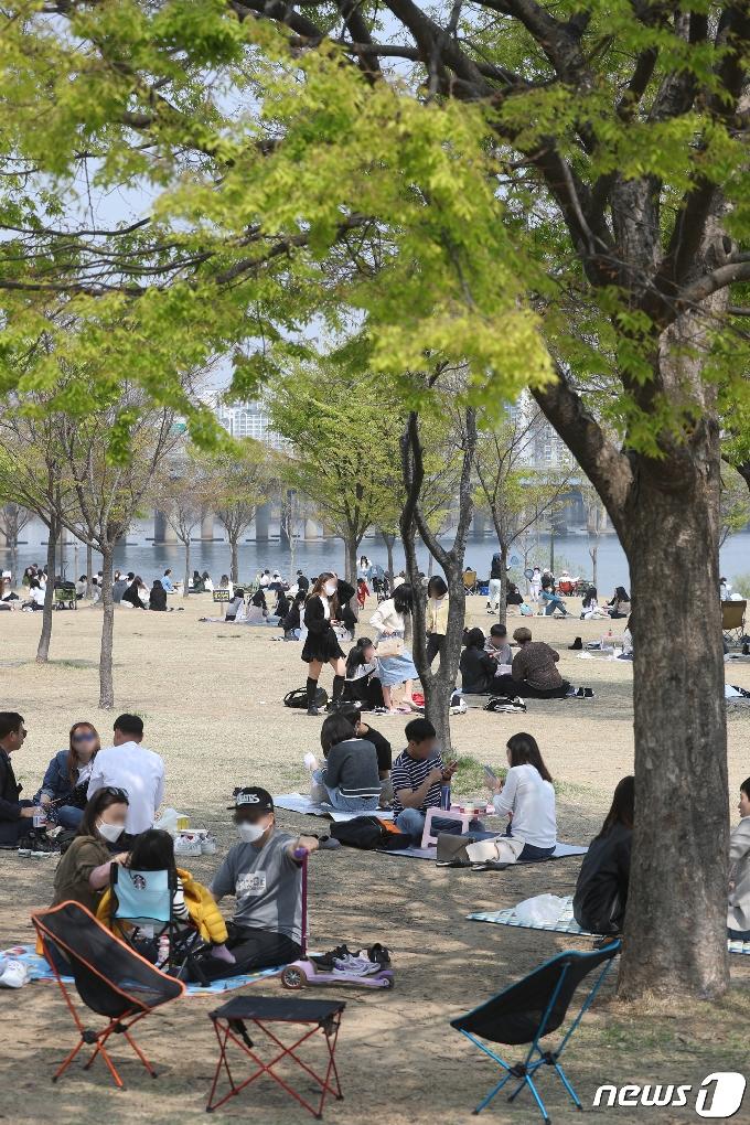 [사진] 포근한 날씨에 그늘 찾은 시민들