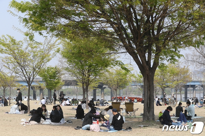 [사진] 나무 아래서 즐기는 봄날씨