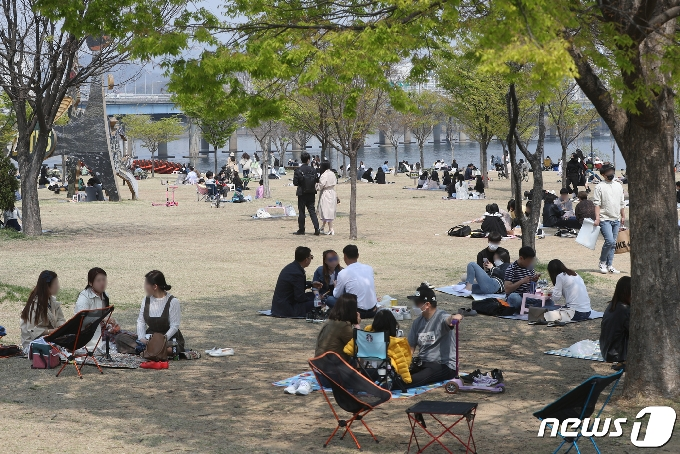 [사진] 그늘로 모인 시민들