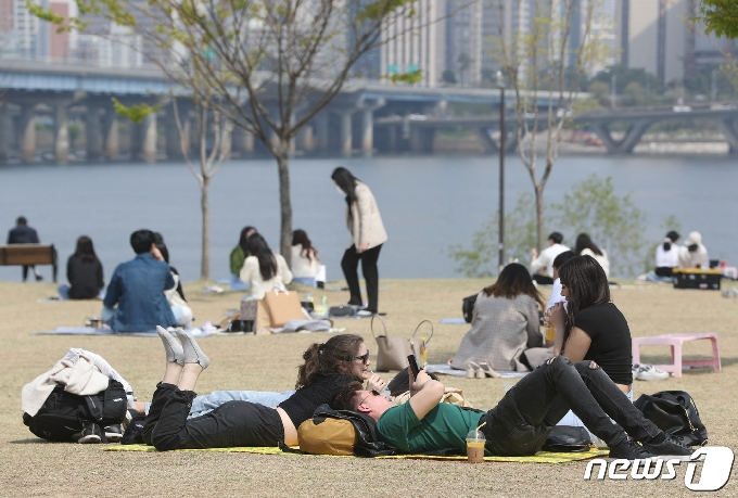 [사진] 봄날씨 즐기는 외국인 관광객들