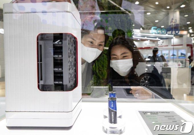 (서울=뉴스1) 이재명 기자 = 21일 오전 서울 강남구 코엑스에서 열린 배터리산업 전시회 '인터배터리 2020'을 찾은 관람객들이 전시부스를 살펴보고 있다. 올해로 8회째를 맞는 이번 전시에는 자동차, 스마트폰, 에너지저장장치(ESS)용 배터리와 핵심 소재 등 'K-배터리' 핵심 기술이 총출동한다.2020.10.21/뉴스1