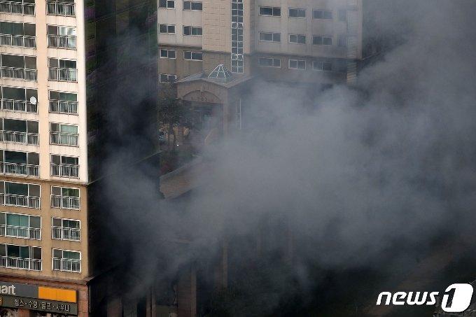 10일 오후 경기 남양주시 도농동의 한 주상복합건물에서 불이나 연기가 치솟고 있다. 2021.4.10 /뉴스1 © News1 이승배 기자