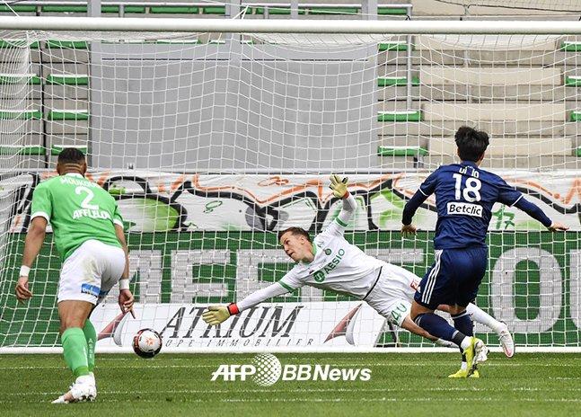 황의조가 11일 열린 생테티엔전에서 페널티킥 선제골을 성공시키고 있는 모습. /AFPBBNews=뉴스1