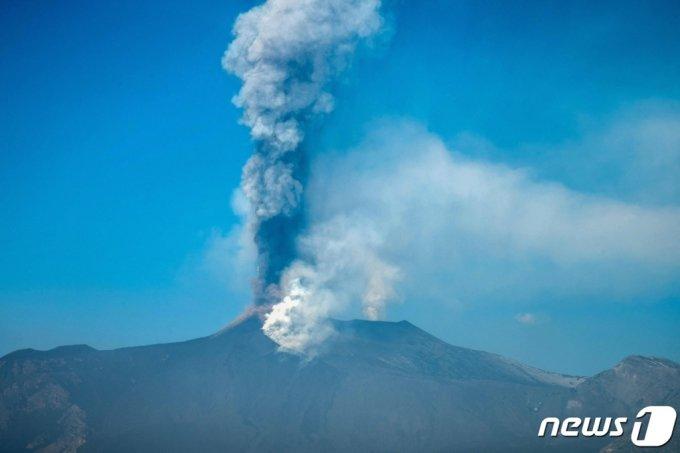 (지아레 AFP=뉴스1) 우동명 기자 = 4일(현지시간) 이탈리아 시칠리아섬 지아레에 위치한 에트나 화산 분화하면서 화산재 기둥이 솟아오르고 있다.  (C) AFP=뉴스1