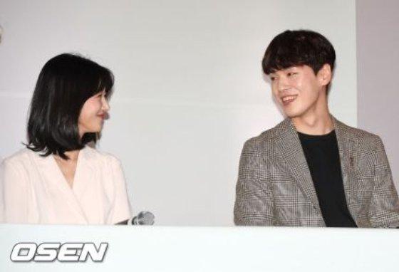 2018년 영화 '기억을 만나다' 언론시사회 및 기자간담회에서 서로를 향해 웃음을 짓고 있는 배우 서예지와 김정현 /사진=오센