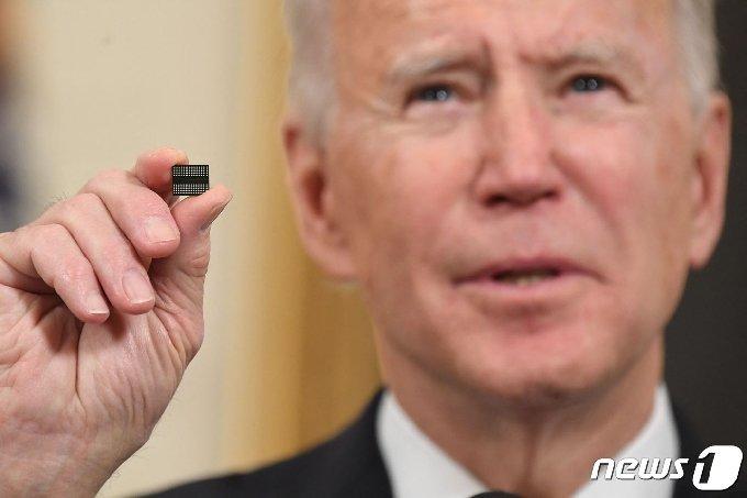 조 바이든 미국 대통령이 2021년 2월24일(현지시간) 워싱턴 백악관에서 반도체·희토류·배터리 등 핵심 품목의 공급망을 확보하는 내용의 행정명령에 서명을 하기 전에 반도체 칩을 들고 연설을 하고 있다. © AFP=뉴스1 © News1 우동명 기자