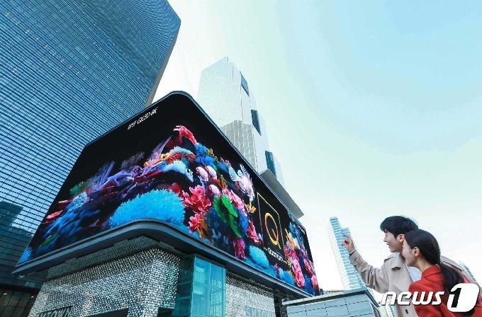 삼성전자가 2019년형 'QLED 8K' TV 출시를 기념, 서울 삼성동 코엑스 일대 옥외광고 자유표시구역에서 디지털 사이니지를 통한 대대적 홍보에 나섰다2019.3.27/뉴스1