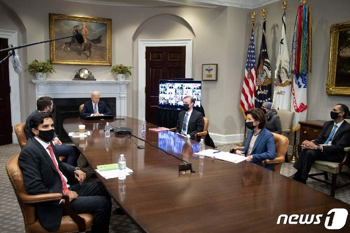 조 바이든 미국 대통령이 12일(현지시간) 워싱턴 백악관에서 반도체 부족 사태를 논의하는 화상회의에 참석을 하고 있다. © AFP=뉴스1