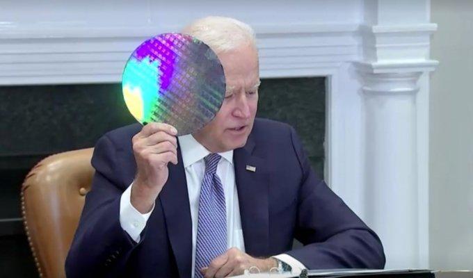 12일(현지시간) 미국 워싱턴 백악관 루즈벨트룸에서 열린 반도체 공급망 관련 회의에서 조 바이든 대통령이 웨이퍼를 들고 발언하고 있다.  /사진=로이터 영상 갈무리