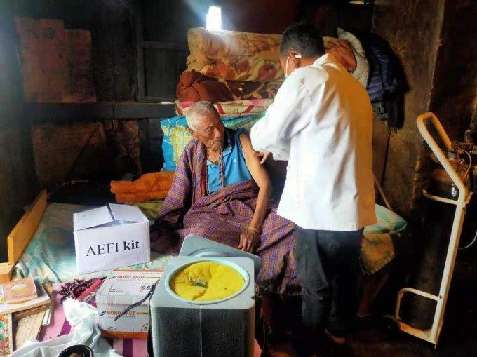 부탄은 거동이 불편한 고령층에 대해선 가정을 직접 방문해 백신을 접종하는 전략을 채택하고 있다. 사진은 99세의 남성인 메이메이 남게이가 자신의 집에서 백신을 맞는 모습. 2021.03.29./사진=부탄 보건부 페이스북 갈무리