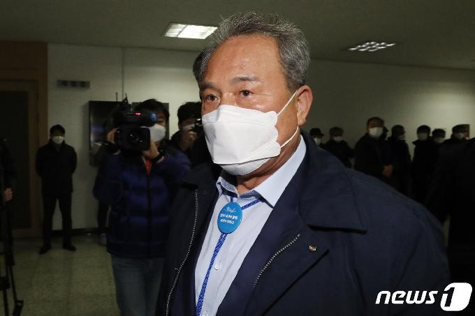檢, '업무상 배임 혐의' 김영만 경북 군위군수에 징역 1년6월 구형