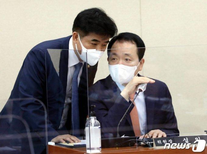 (서울=뉴스1) 박세연 기자 = 성일종 소위원장과 김병욱 더불어민주당 의원이 14일 오전 서울 여의도 국회에서 열린 정무위 법안심사제2소위원회서 대화를 나누고 있다. 2021.4.14/뉴스1