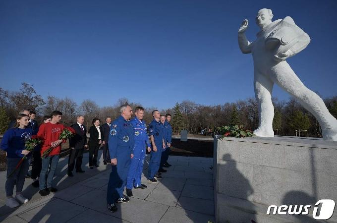 [사진] 최초의 우주인 유리 가가린 동상 둘러보는 푸틴