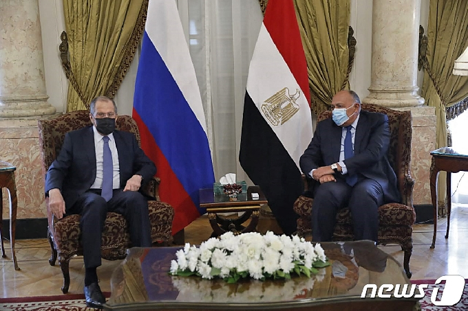 [사진] 회담하는 라브로프 러 외무와 슈크리 이집트 외무