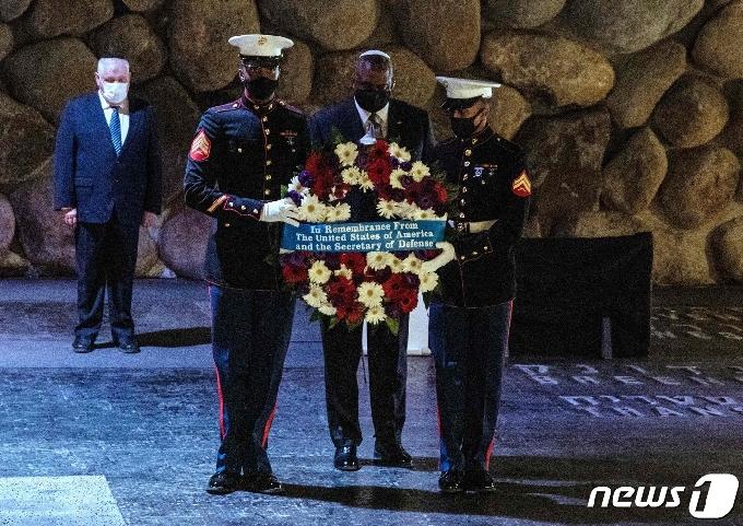 [사진] 예루살렘 홀로코스트 기념관 헌화하는 오스틴 국방