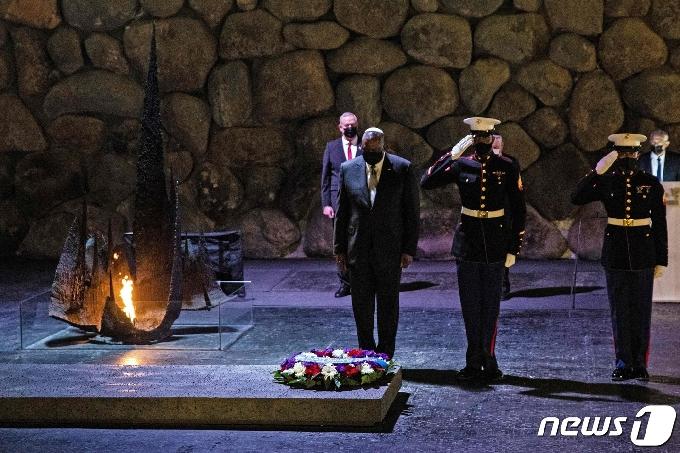 [사진] 홀로코스트 기념관서 추모하는 오스틴 국방