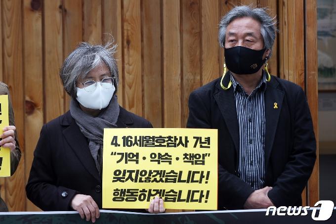 [사진] 기자회견 참석한 김혜진·박래군
