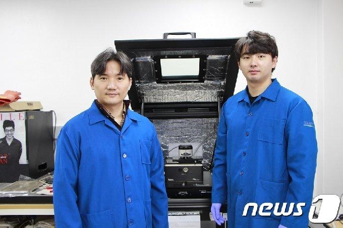 KAIST 신소재공학과 홍승범 교수(왼쪽)와 박건 박사과정 (KAIST 제공) © 뉴스1