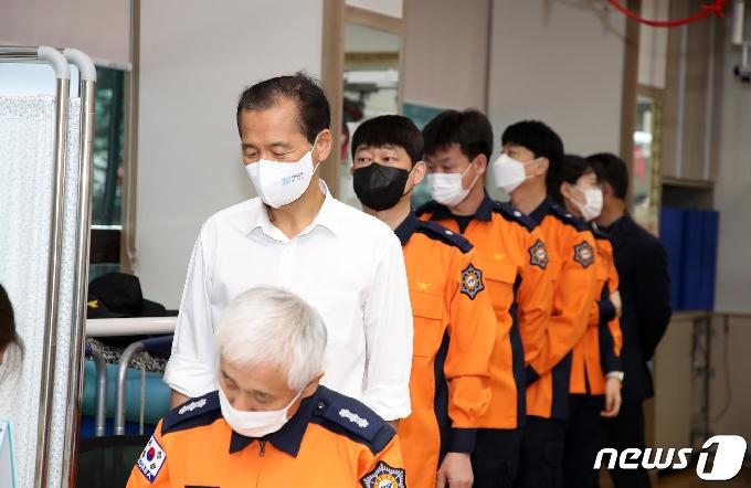 [사진] 백신 접종 기다리는 최문순 강원도지사