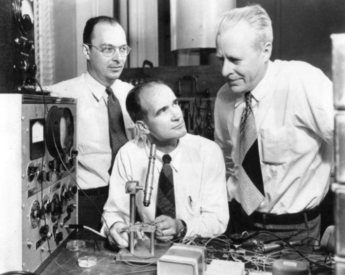 트랜지스터 개발 3인방. 1948년 벨연구소(왼쪽부터 존 바딘, 윌리엄 쇼클리, 월터 브래튼)(자료: 위키피디아)