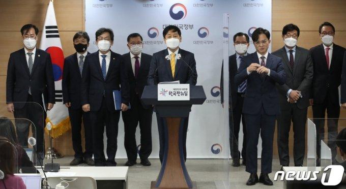 (서울=뉴스1) 송원영 기자 = 구윤철 국무조정실장이 13일 서울 종로구 정부서울청사에서 일본의 후쿠시마 원전 오염수 관련 일본 동향 및 우리 정부 대응 계획을 발표하고 있다. 일본 정부는 이날 후쿠시마 제1원전 부지 탱크에 보관 중인 방사성 물질 오염수를 바다에 방류하기로 결정했다. 국제사회뿐만 아니라 일본 내 압도적인 반대 여론에도 바다 방류를 강행한 것이다. 실제 방류는 새로운 설비 건설 등에 시간이 걸려 2년 뒤 이뤄질 전망이다. 2021.4.13/뉴스1