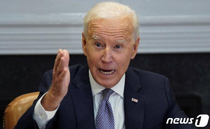 (워싱턴 로이터=뉴스1) 우동명 기자 = 조 바이든 미국 대통령이 12일(현지시간) 워싱턴 백악관에서 반도체 공급망 확충을 논의하는 화상회의에 참석해