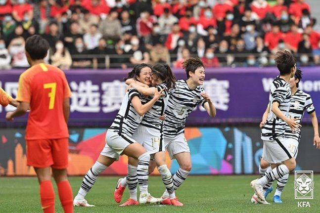 강채림의 선제골이 터진 뒤 환호하고 있는 여자대표팀 선수들. /사진=대한축구협회