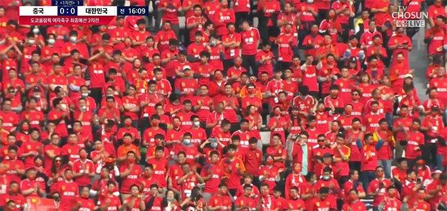 13일 중국 쑤저우에서 열린 도쿄올림픽 여자축구 최종예선 플레이오프 2차전에서 일부 관중이 마스크를 착용하지 않은 채 밀집 응원을 펼치고 있는 중국 응원단. /사진=TV조선 중계화면 캡쳐