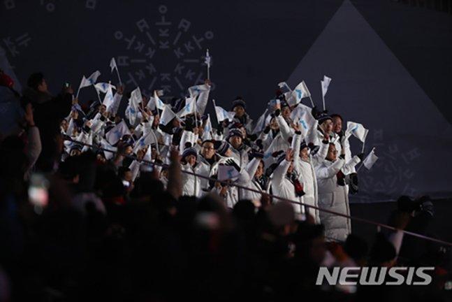 지난 2018 평창 동계올림픽 개막식 당시 입장하고 있는 남북 단일팀 코리아 선수단. /사진=뉴시스