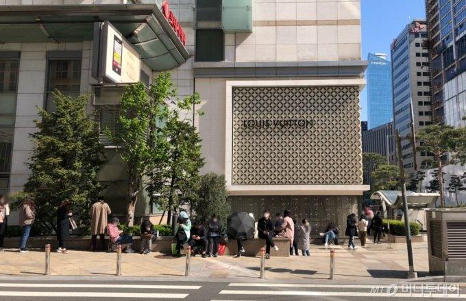 14일 오전 10시경 서울 중구 롯데백화점 본점 입구에 고객들이 샤넬 매장 진입을 위해 줄을 서고 있다