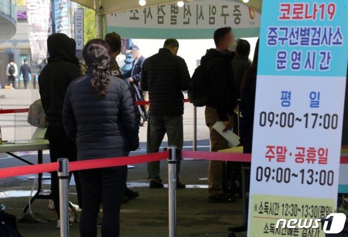 (서울=뉴스1) 이동해 기자 = 14일 오전 서울역 광장에 마련된 중구 임시선별진료소에서 시민들이 검체검사 순서를 기다리고 있다.  2021.4.14/뉴스1