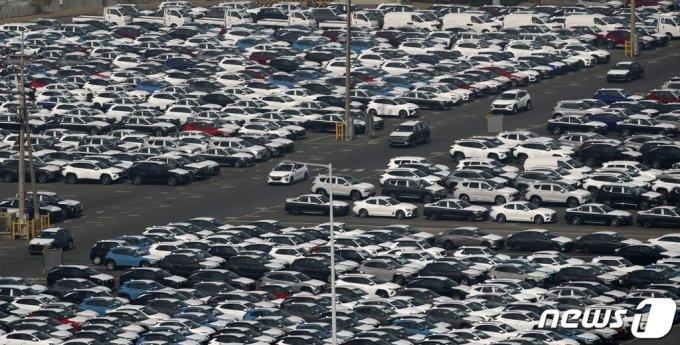 (울산=뉴스1) 윤일지 기자 = 2월 수출이 전년 동월 대비 9.5% 증가한 448억 달러를 기록하며 4개월 연속 상승세를 보였다. 일평균 수출도 5개월 연속 증가하며 순항을 이어가고 있다. 15일 현대자동차 울산공장 수출 선적부두 인근 야적장에 완성차들이 대기하고 있다. 2021.3.15/뉴스1