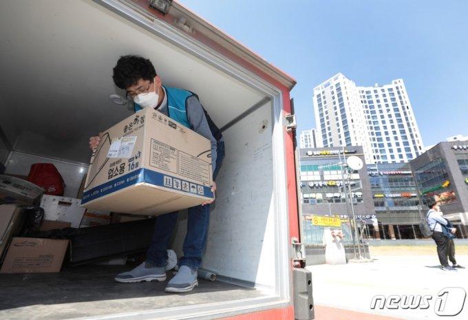 전국택배노동조합 관계자들이 지난 8일 오전 서울 강동구 고덕동에 위치한 아파트 앞에서 최근 택배차량의 지상출입을 금지한 해당 아파트를 규탄하며 저상택배차량 택배 상하차를 시연하고 있다. /사진=뉴스1