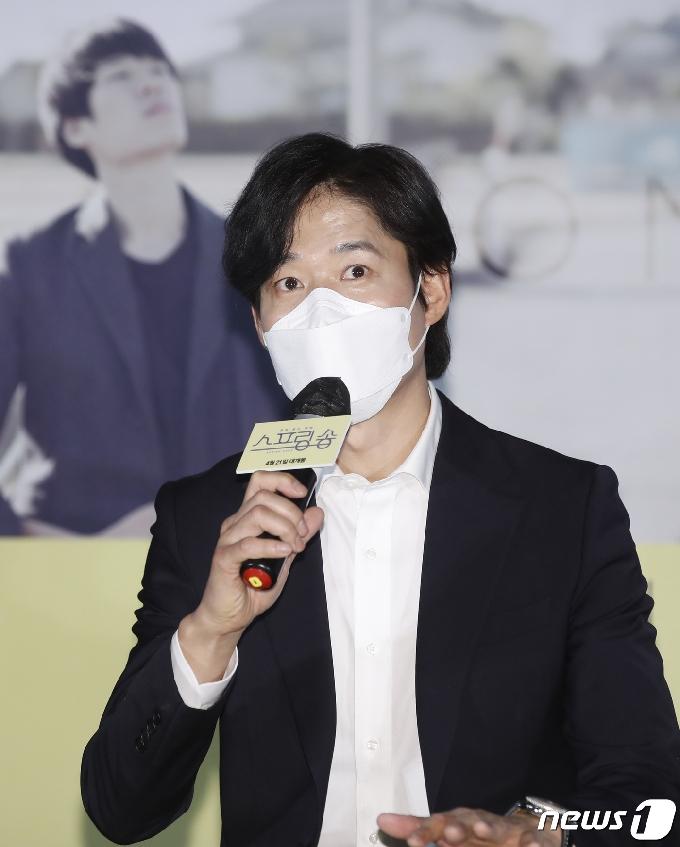 [사진] 유준상 '스프링 송' 들고 스크린으로