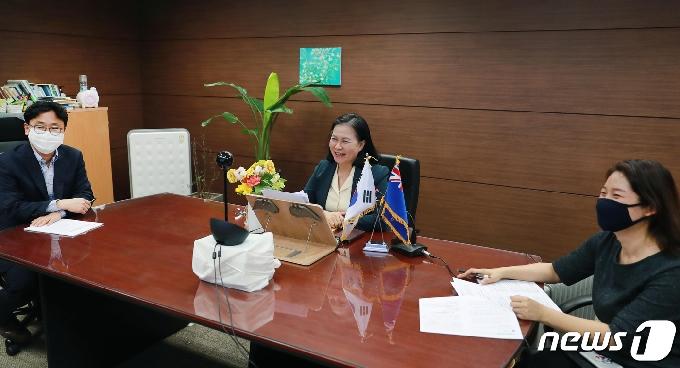 [사진] 뉴질랜드 통상장관과 회상면담하는 유명희 본부장