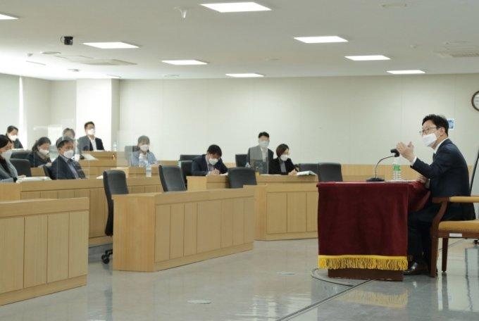 박범계 법무부장관은 14일 충북 진천 법무연수원에 방문해 신임 부장검사들을 대상으로 리더십 교육을 진행했다. /사진=법무부 제공
