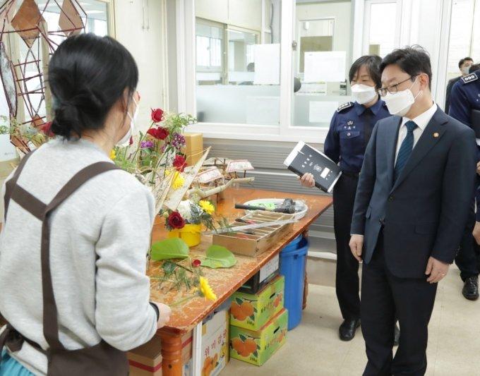 14일 오후 청주여자교도소를 방문해 직업 훈련장을 순시하는 박범계 법무부장관의 모습 /사진=법무부 제공