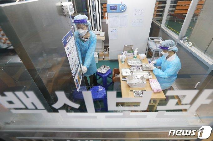부산 남구에 마련된 예방접종센터에서 의료진들이 화이자 백신을 소분 조제하고 있다. 2021.4.1/뉴스1 © News1 여주연 기자