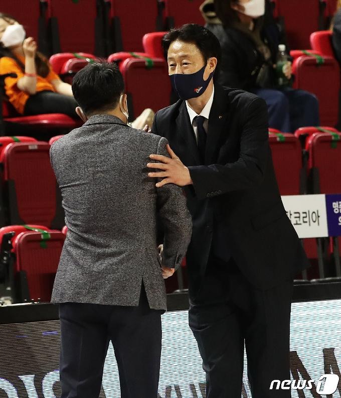 [사진] 기사회생 성공한 오리온 강을준 감독