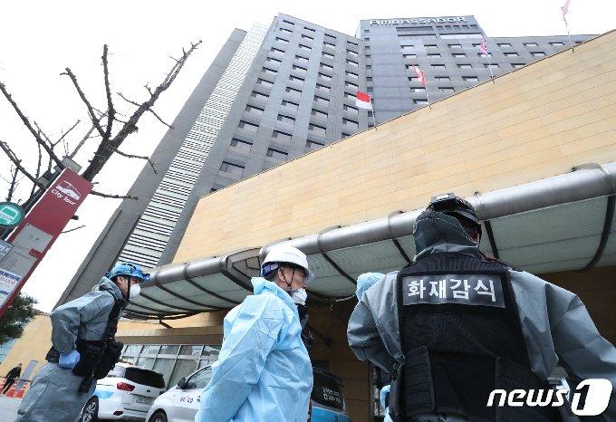 지난해 1월26일 서울 중구 그랜드앰배서더 호텔에서 과학수사대, 한국전기안전공사 직원들이 화재 합동 감식을 하고 있다.  © News1 송원영 기자
