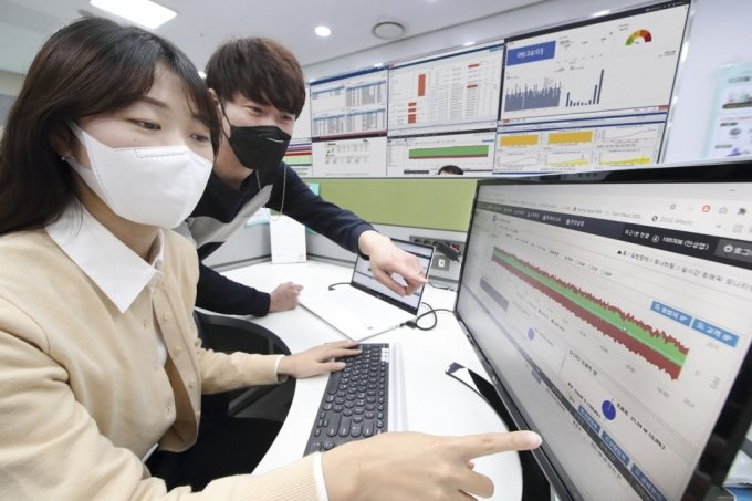 KT 직원들이 '하이브리드 보안' 적용된 고객사의 트래픽의 이상유무를 살피고 있다./사진=KT