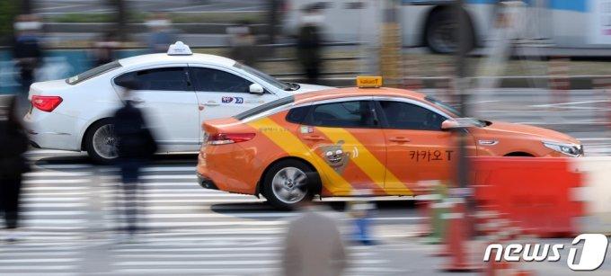 (서울=뉴스1) 박지혜 기자 = 서울역 인근에서 택시들이 이동하고 있다. 2021.4.8/뉴스1