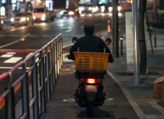 서울 시내에서 오토바이가 주행하고 있다 /사진=뉴시스