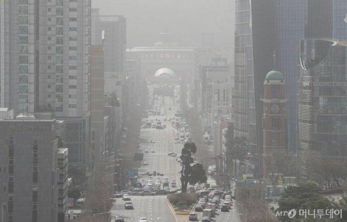전국 미세먼지 농도가 매우 나쁨 수준을 보이는 지난달 29일 서울 서초구 누에다리에서 바라본 서울 도심이 뿌옇게 보이고 있다. /사진=김휘선 기자 hwijpg@